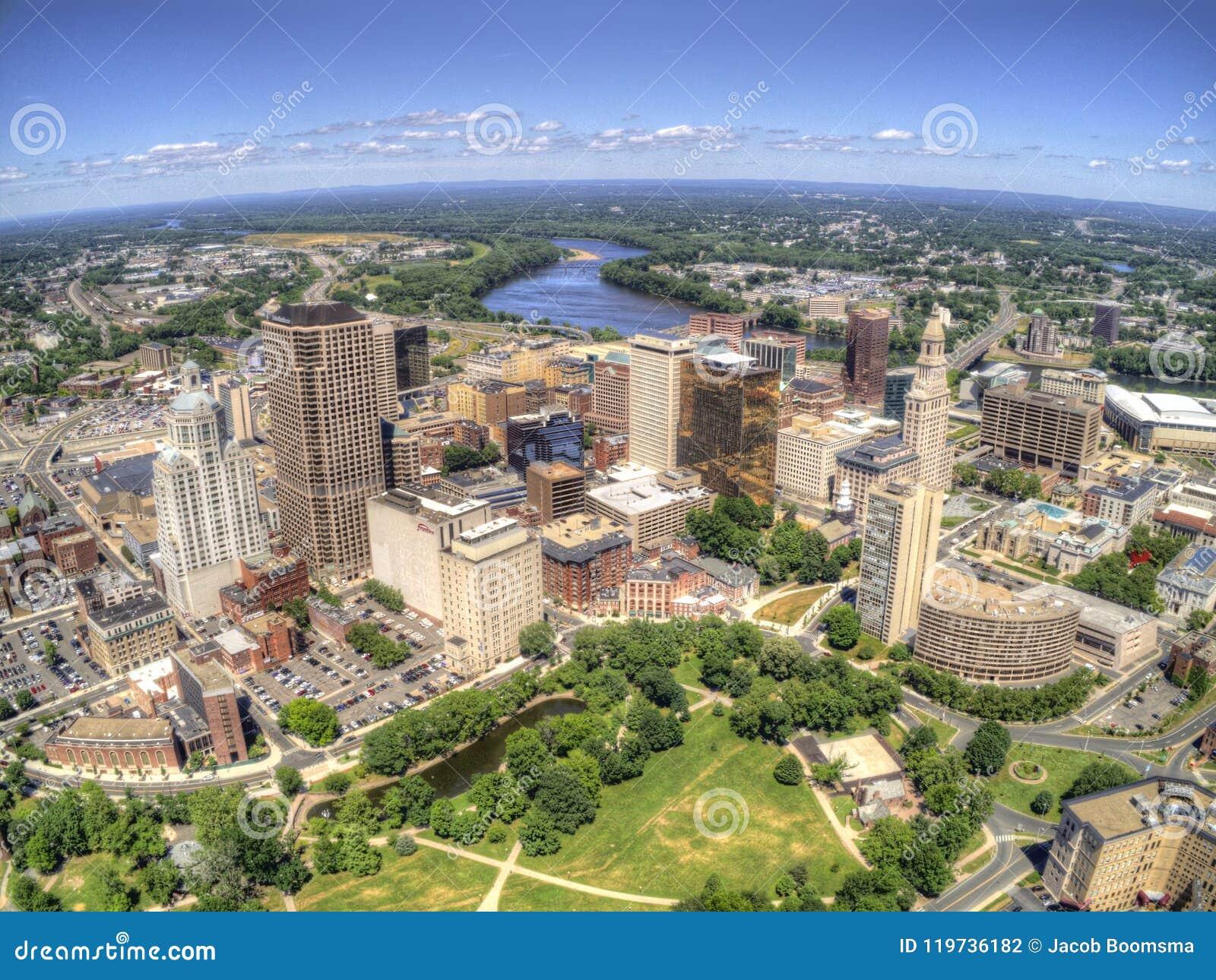 Horizonte de Boston, Massachusetts desde arriba por el abejón durante tiempo de verano