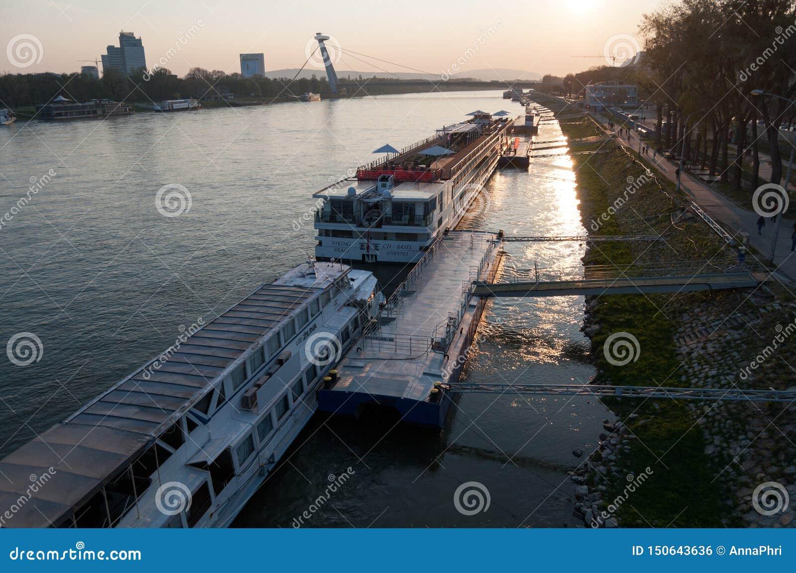 Horizonte de Bratislava en el río Danubio