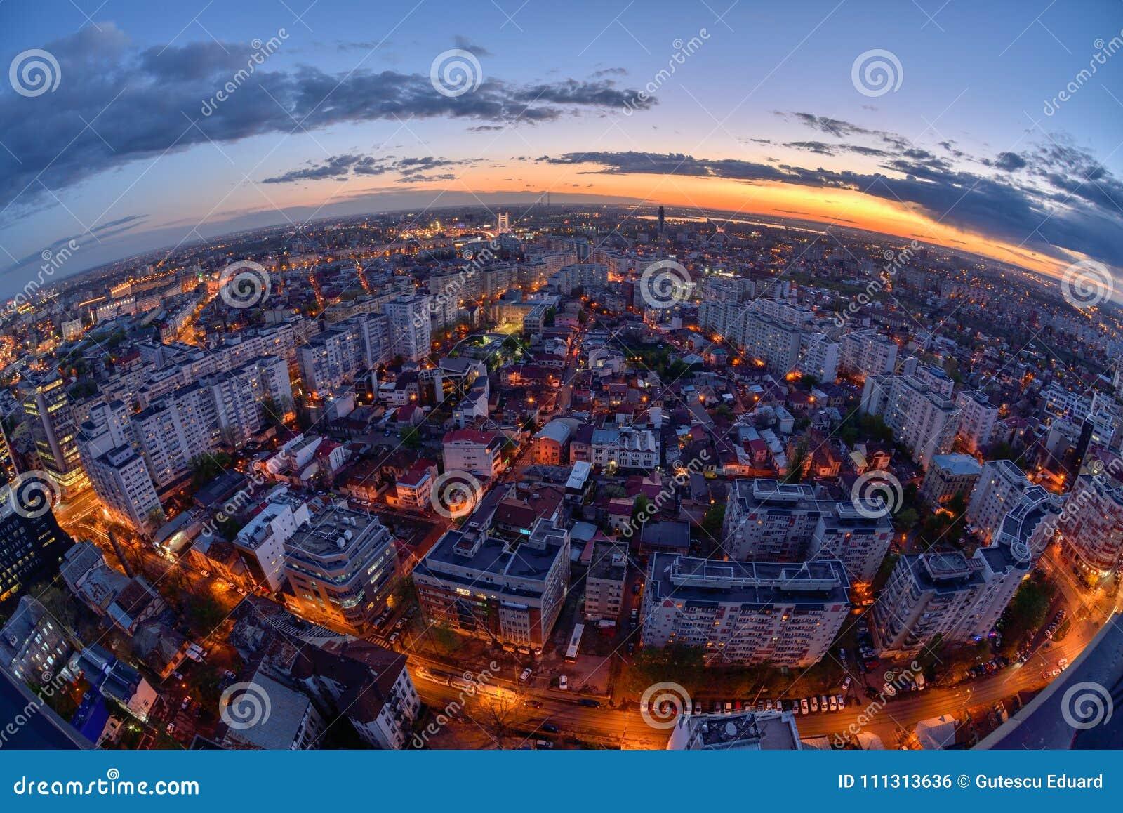 Horizonte de Bucarest después de la puesta del sol con la visión aérea