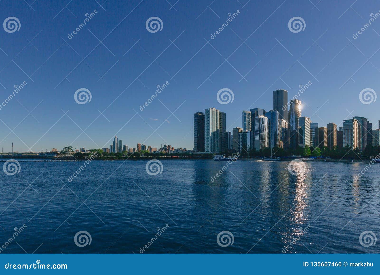 Horizonte de Chicago céntrica sobre el lago Michigan, en Chicago, los E.E.U.U.