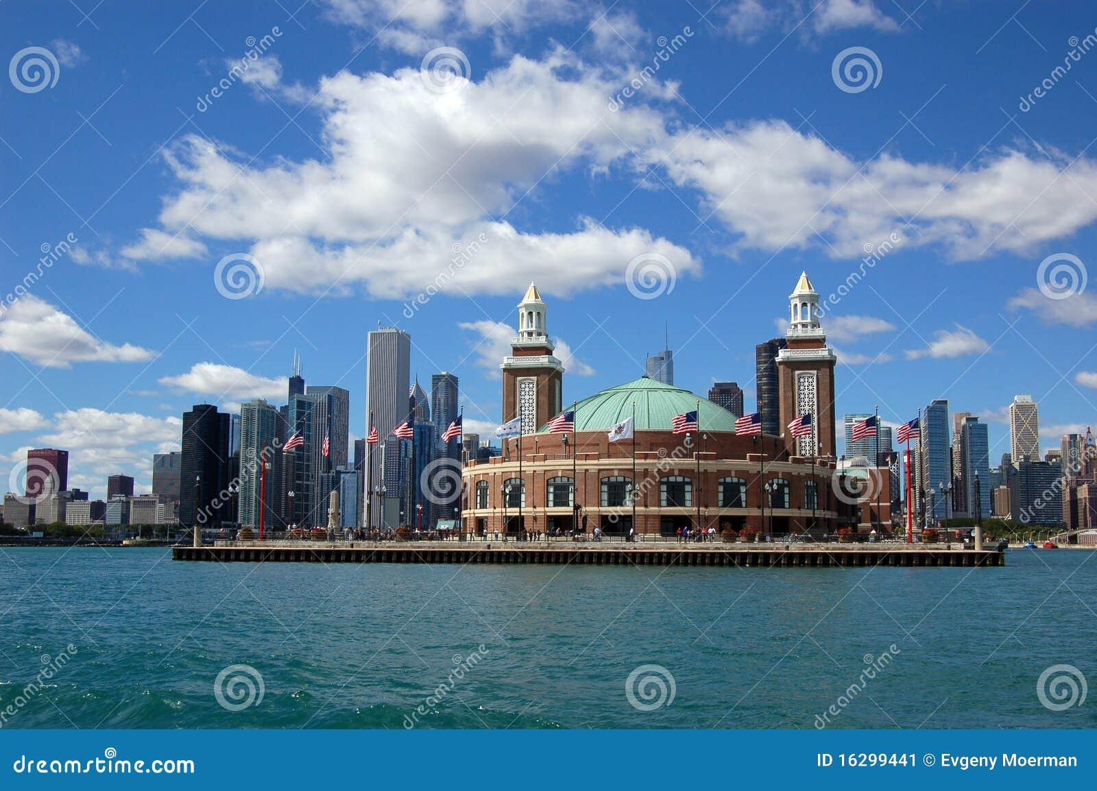 Horizonte de Chicago con el embarcadero de la marina