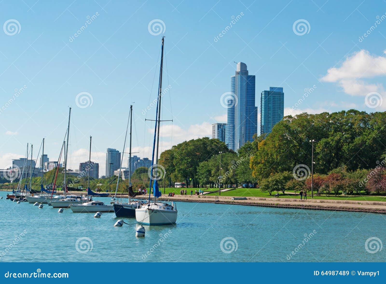 Horizonte De Chicago Con Los Veleros Y Las Lancha De Carreras En El ...