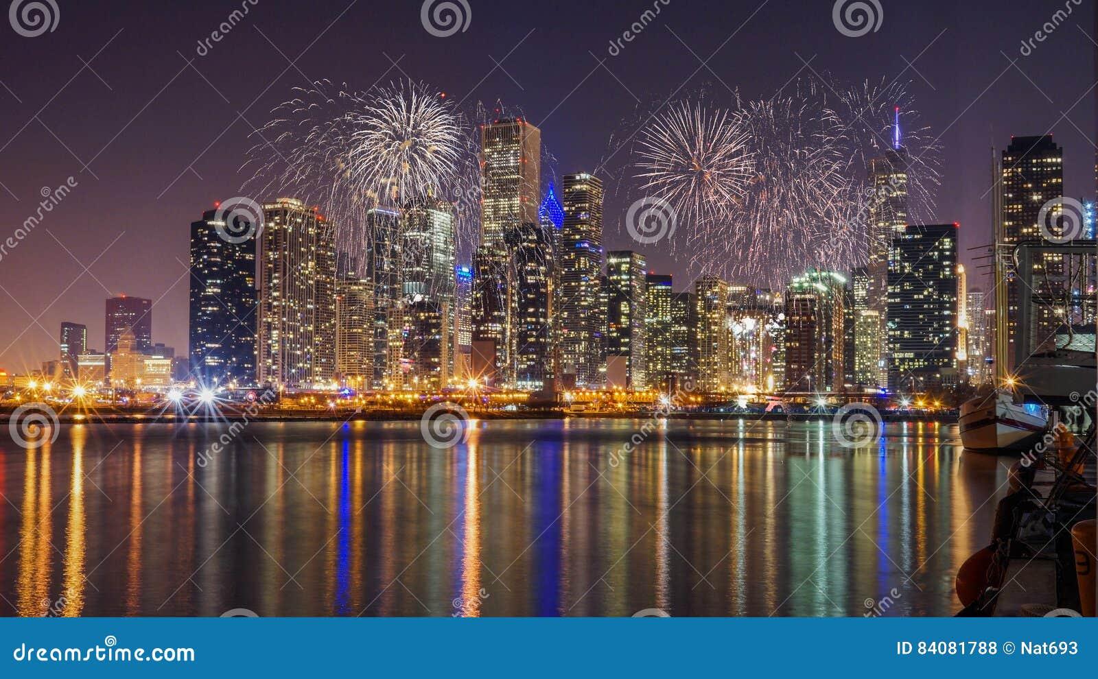 Horizonte de Chicago en el lago Michigan con los fuegos artificiales en la noche