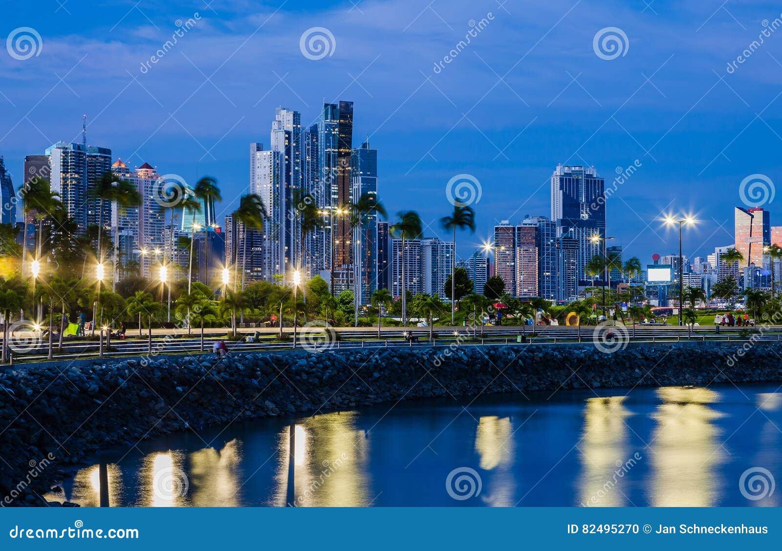 Horizonte de ciudad de Panamá en la hora azul