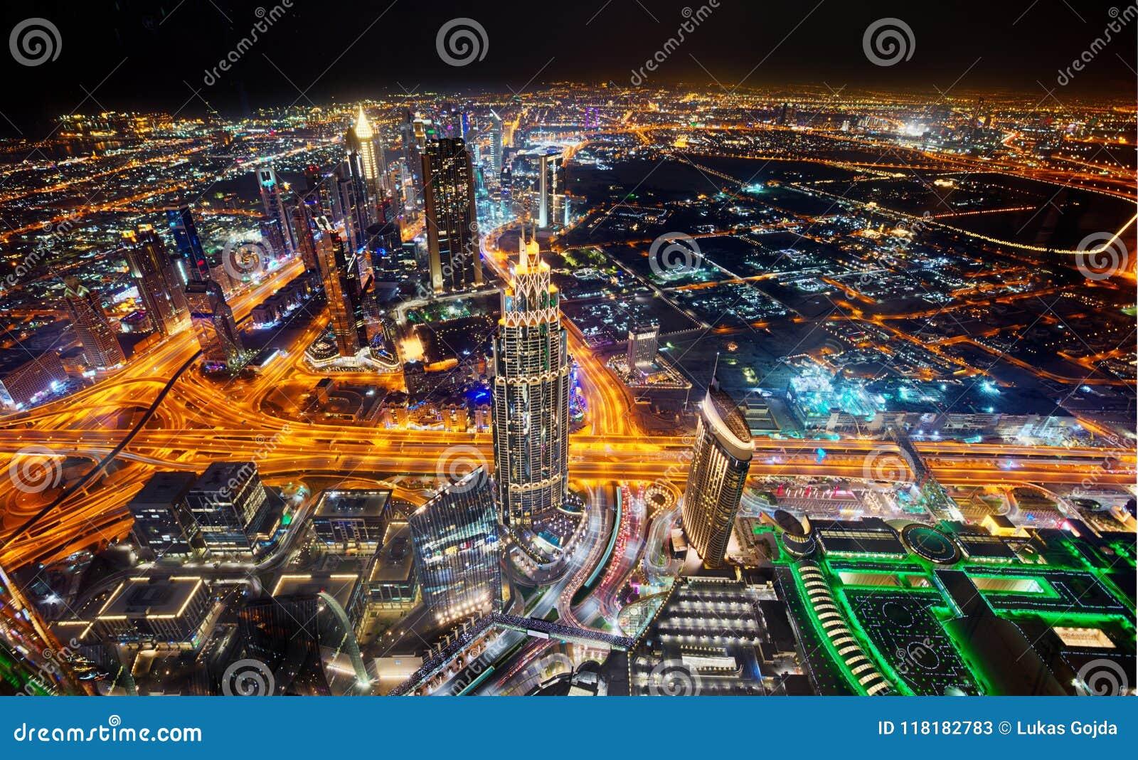 Horizonte de Dubai durante noche con las luces y el tráfico por carretera asombrosos de Sheikh Zayed, United Arab Emirates del ce
