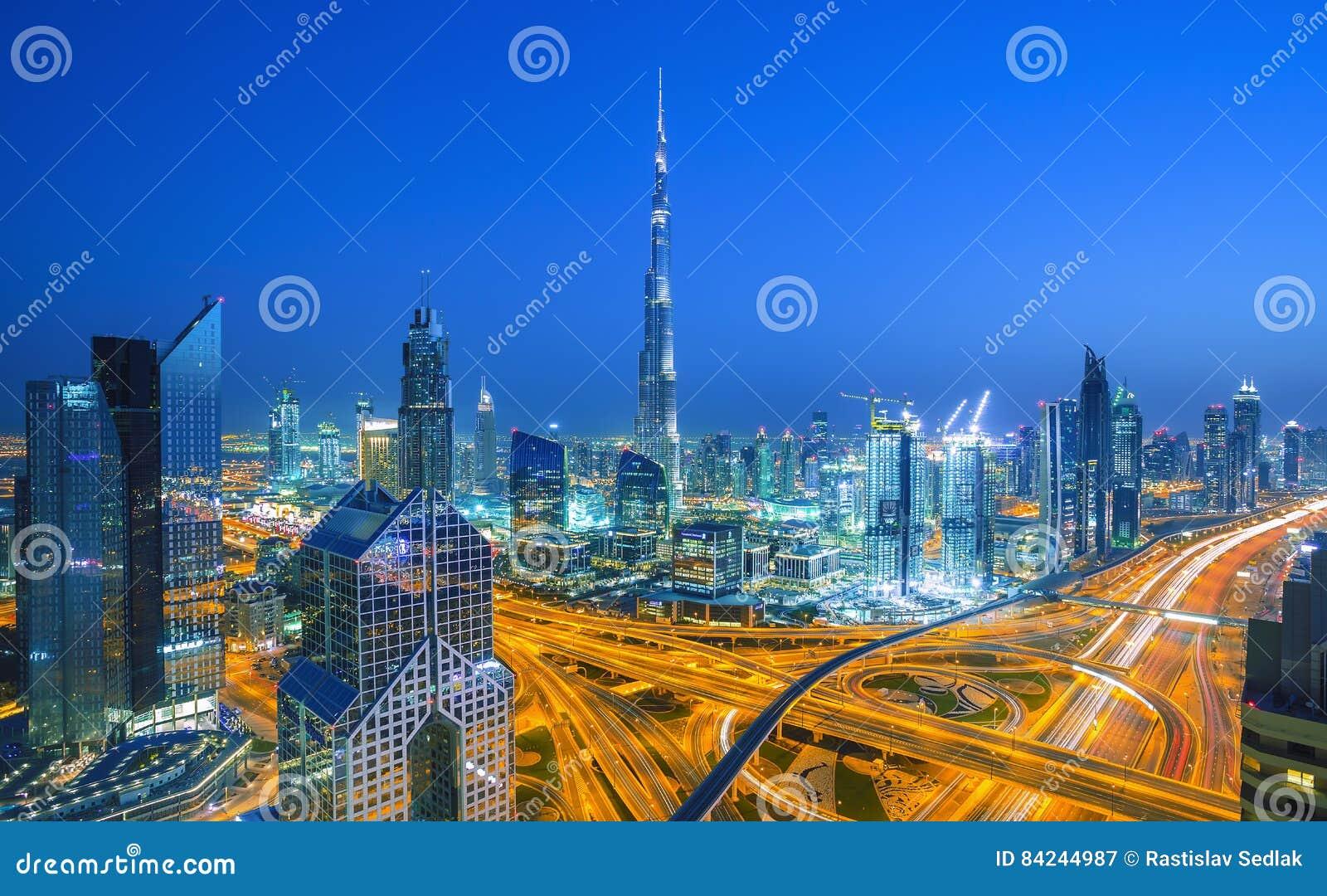 Horizonte de Dubai en la puesta del sol con las luces y el tráfico por carretera hermosos de Sheikh Zayed, Dubai, United Arab Emi