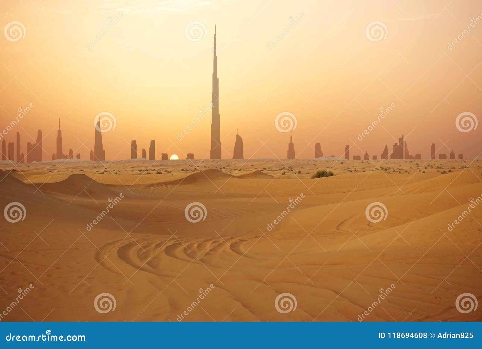 Horizonte de Dubai en la puesta del sol o la oscuridad, visión desde el desierto árabe