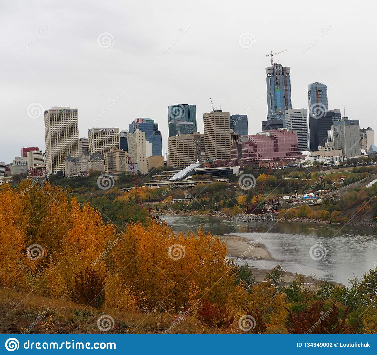 Horizonte de Edmonton en las hojas de Autumn With Foreground Of Colourful