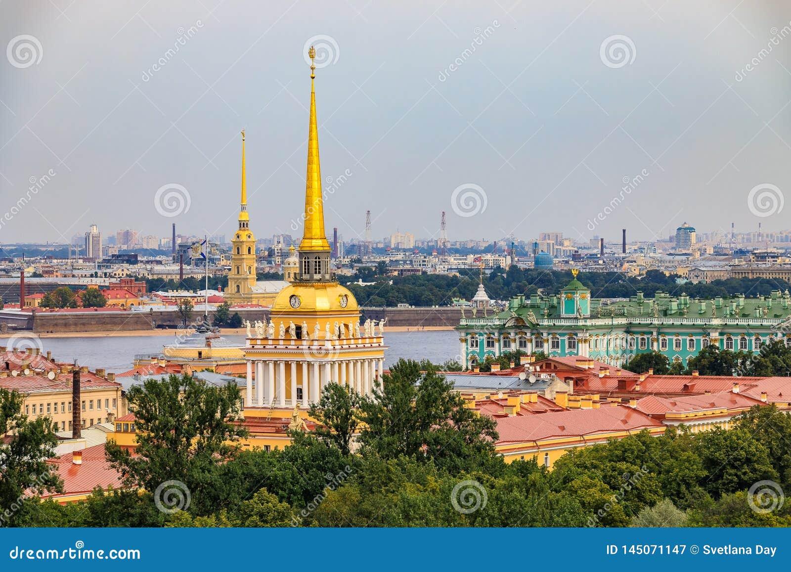 Horizonte de la ciudad con el chapitel del Ministerio de marina, el Peter y Paul Fortress, el río Neva y el palacio del invierno