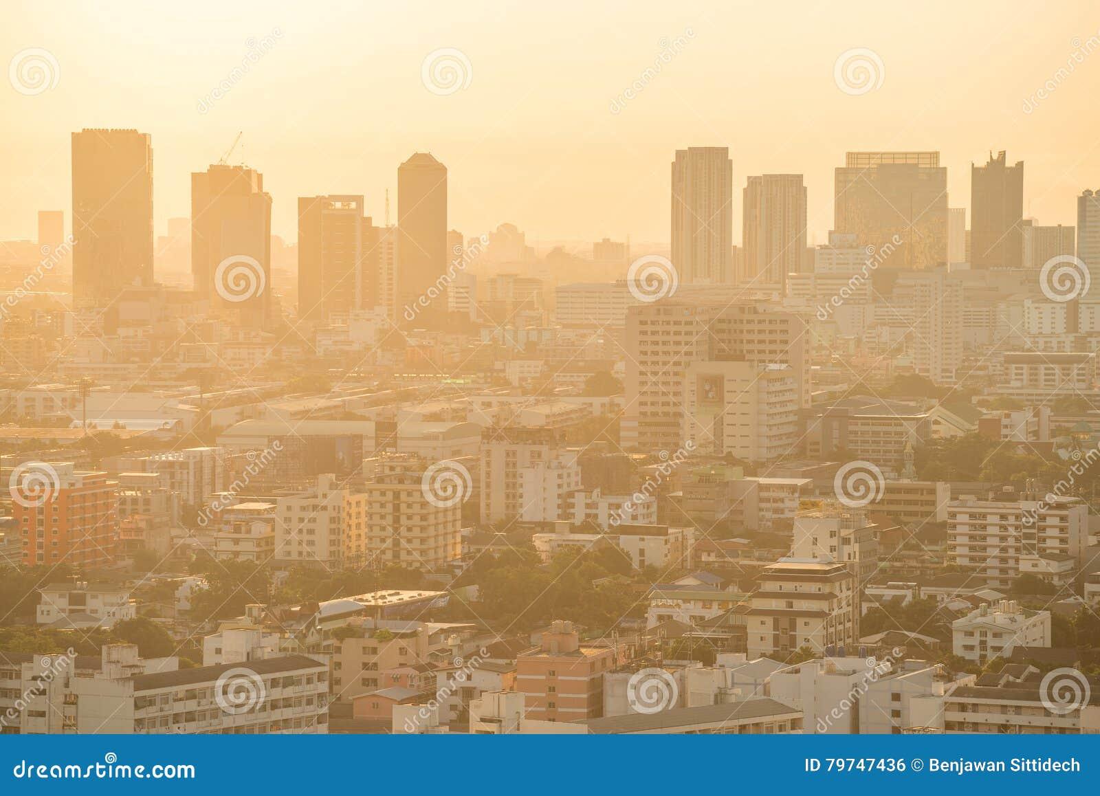 Horizonte de la ciudad de Bangkok en la salida del sol