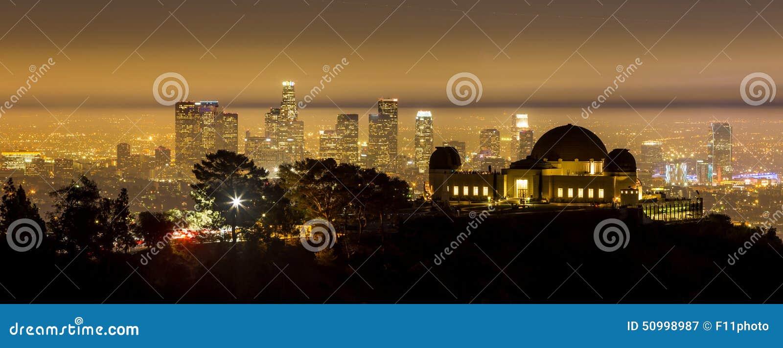 Horizonte de la ciudad de Griffith Observatory y de Los Ángeles en el twiligh