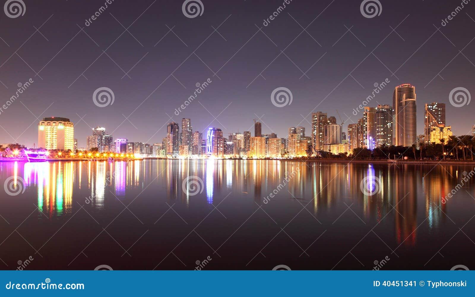 Horizonte de la ciudad de Sharja en la noche