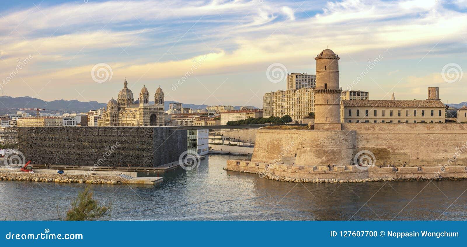 Horizonte de la ciudad del panorama de Marsella Francia en el puerto de Vieux