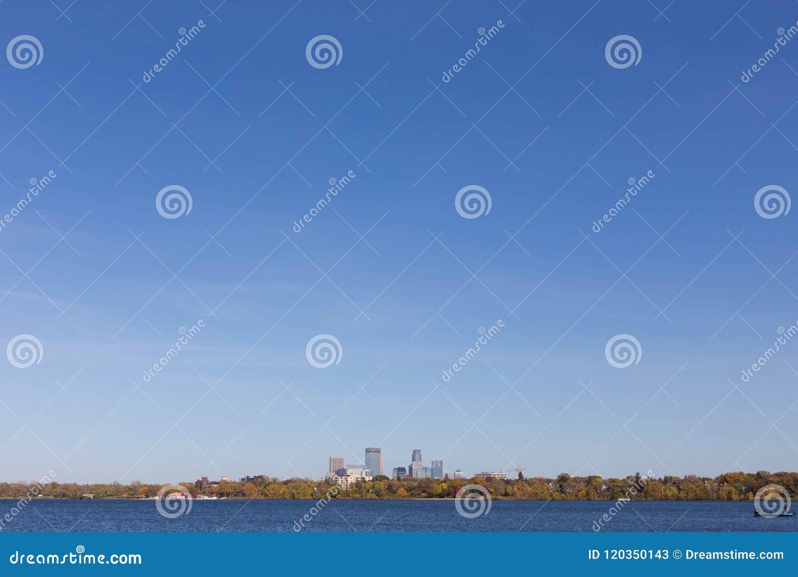 Horizonte de la ciudad de Minneapolis visto del lago