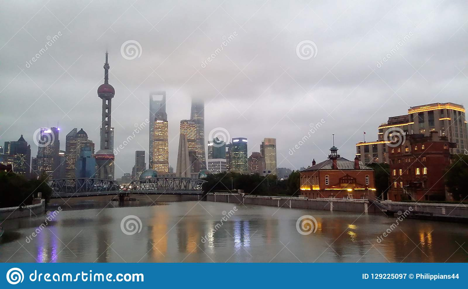 Horizonte de la ciudad de Shangai, China en el río Huangpu