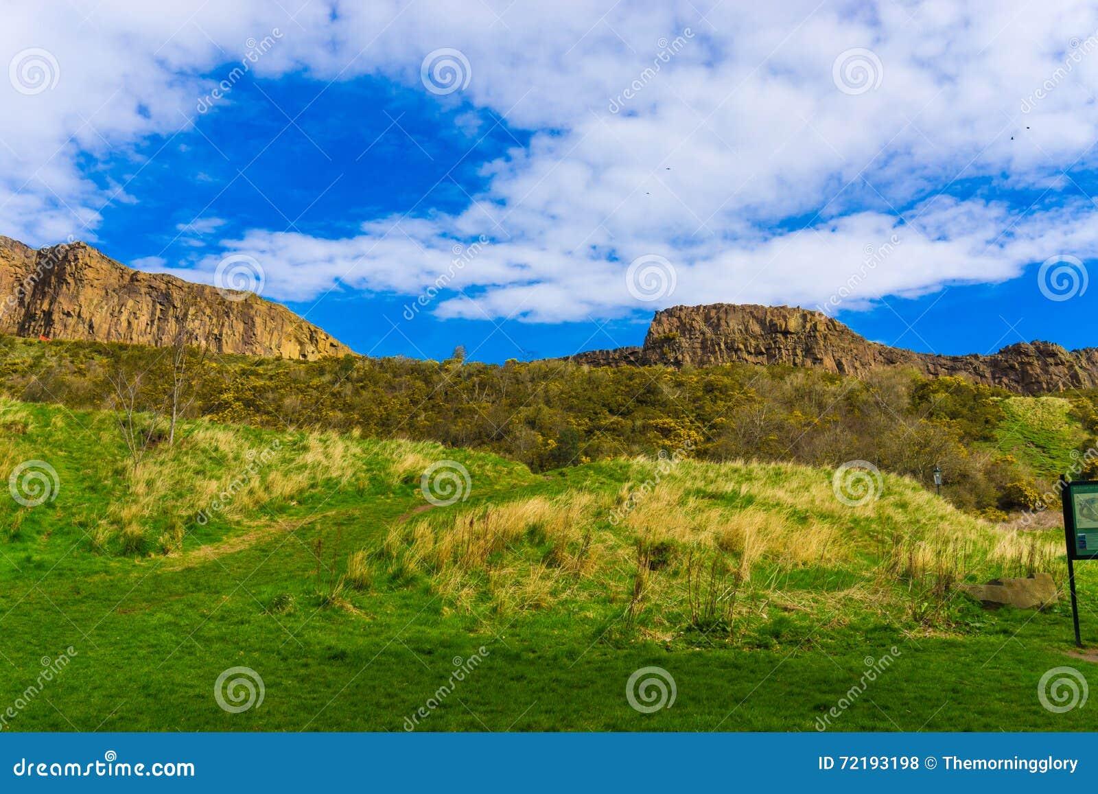 Horizonte de la hierba verde de la montaña de Edimburgo