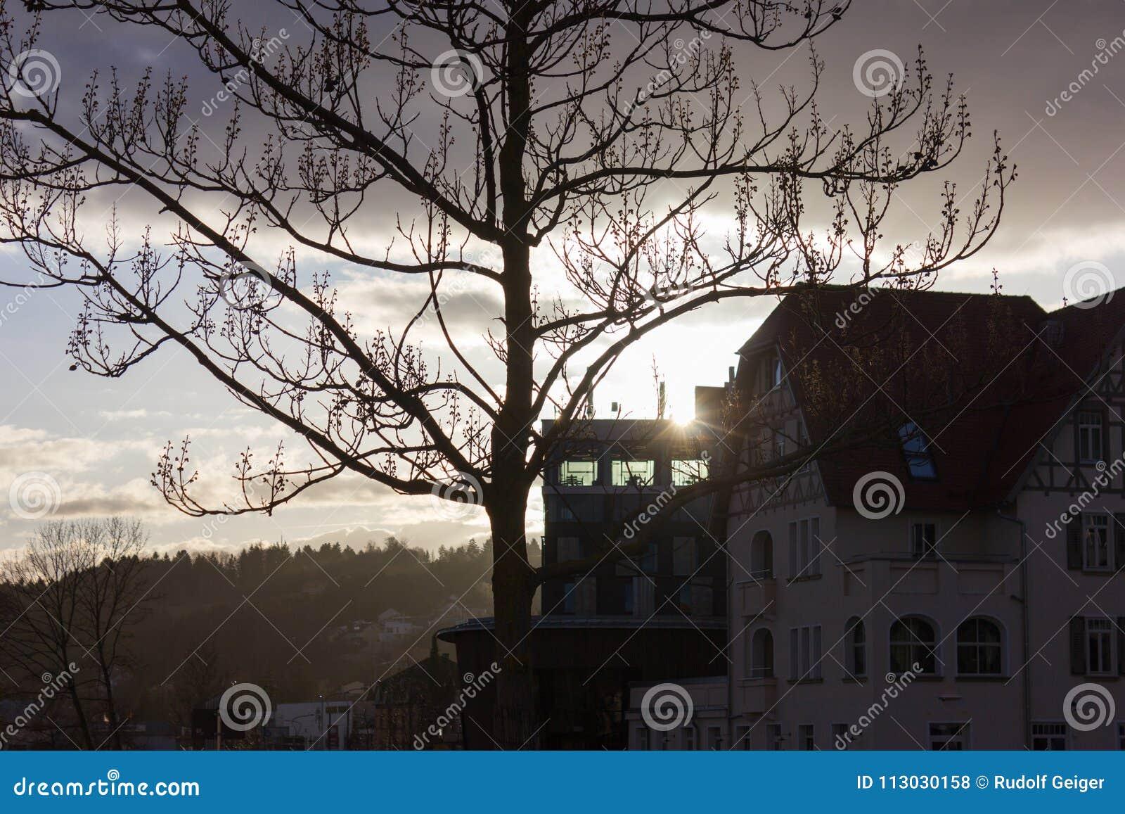 Horizonte de la puesta del sol de la ciudad con el cielo azul de las nubes