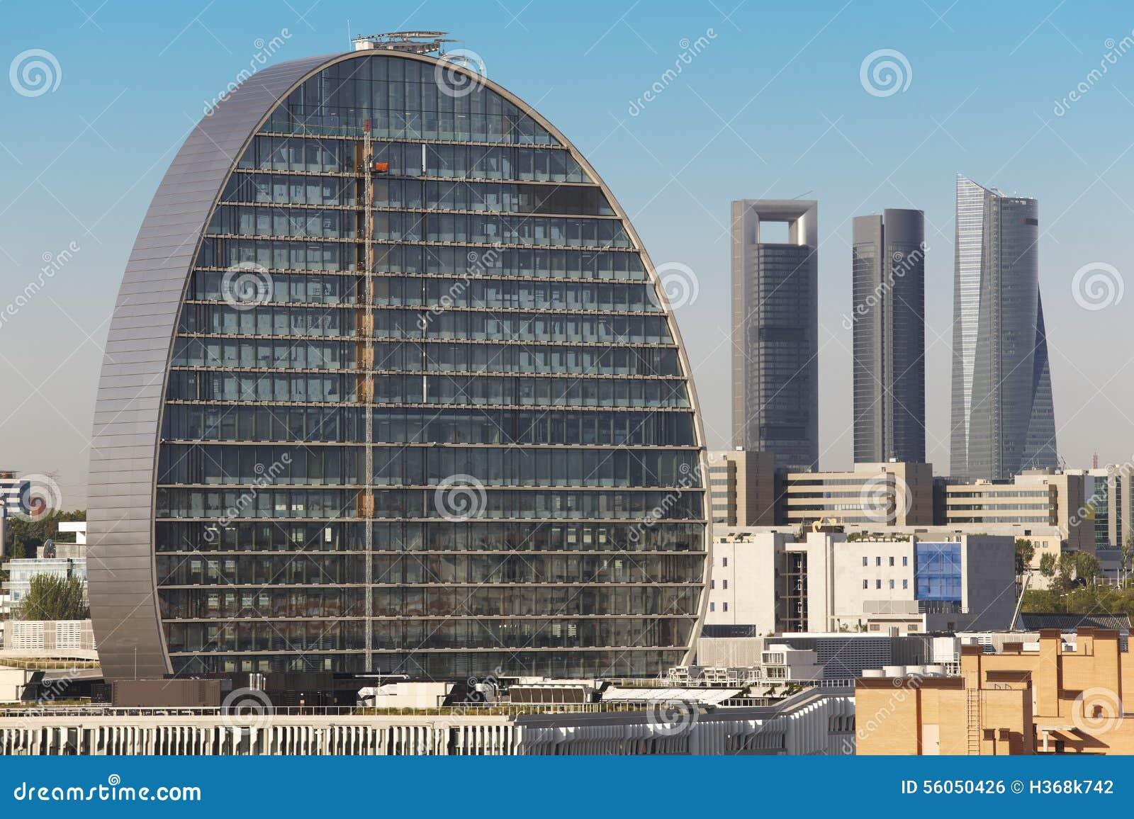 horizonte de madrid con cuatro torres y edificios bajo construccin foto de archivo