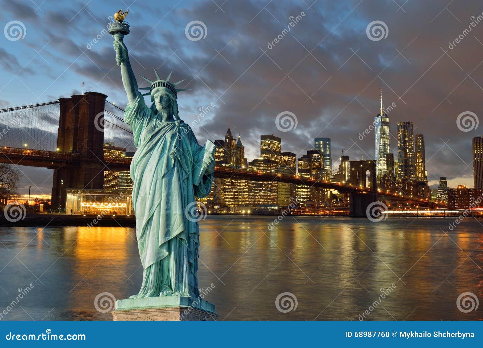 Horizonte de Manhattah con el puente de Brooklyn en la noche y la estatua de Li