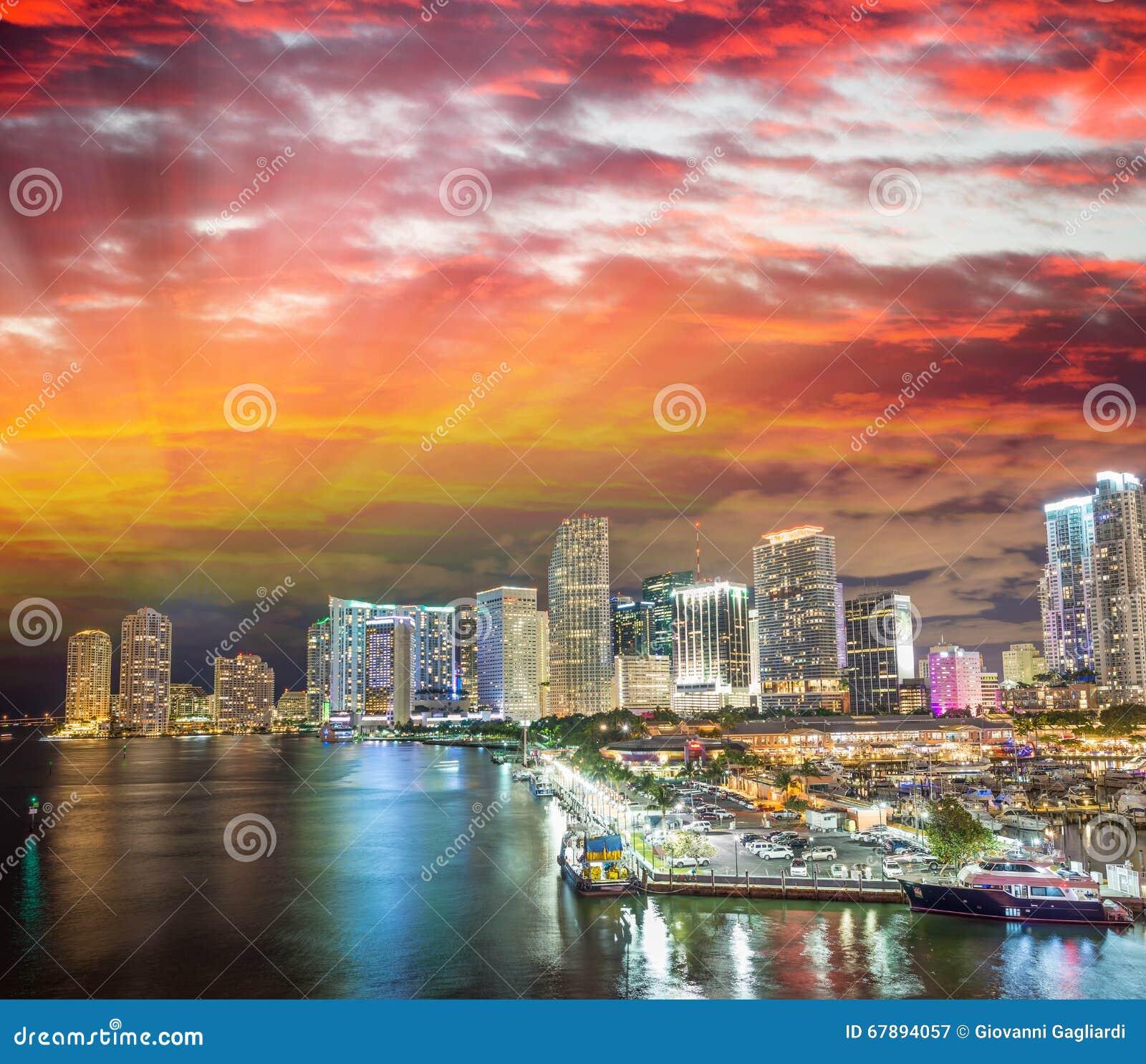 Horizonte de Miami en la puesta del sol, la Florida