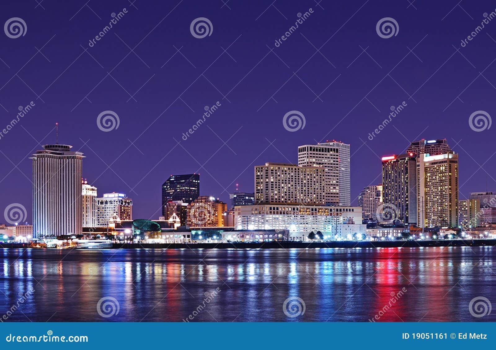 Horizonte de New Orleans reflejado en el río Misisipi