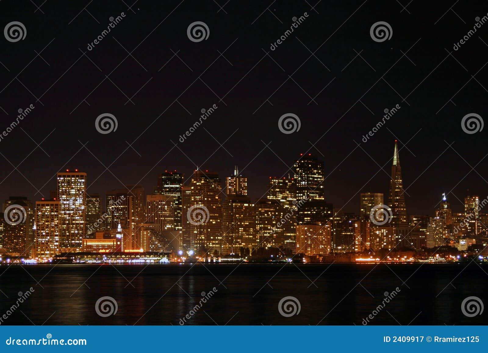 Horizonte de SF en la noche