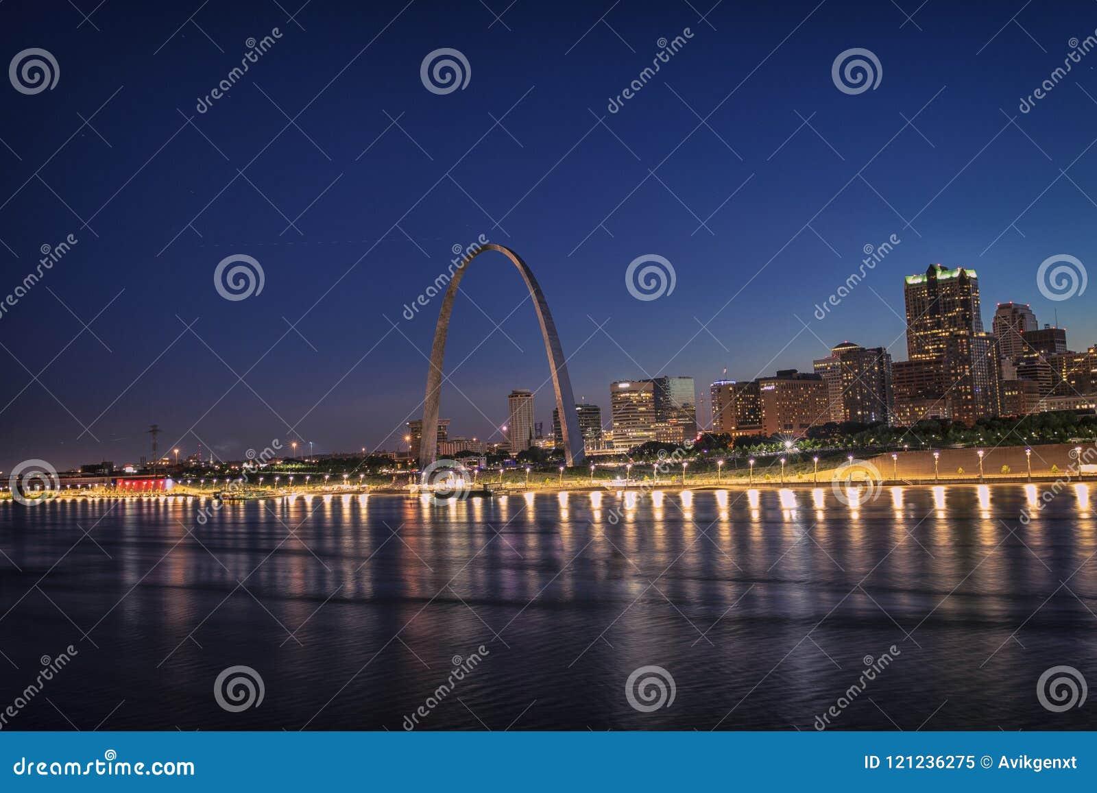 Horizonte de St. Louis con el arco de la entrada, St. Louis, MES, los E.E.U.U.