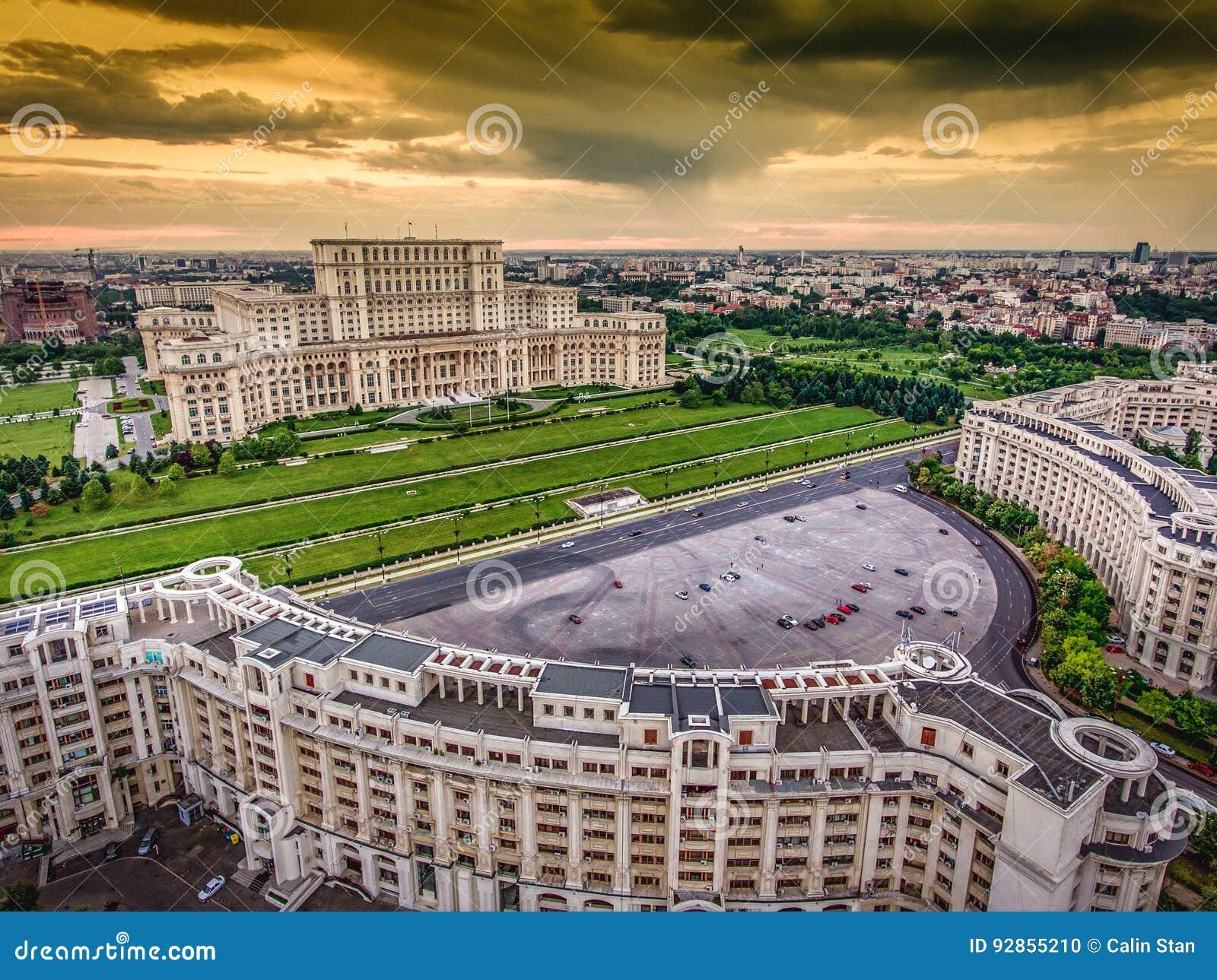 Horizonte del centro de ciudad de Bucarest Rumania en la puesta del sol