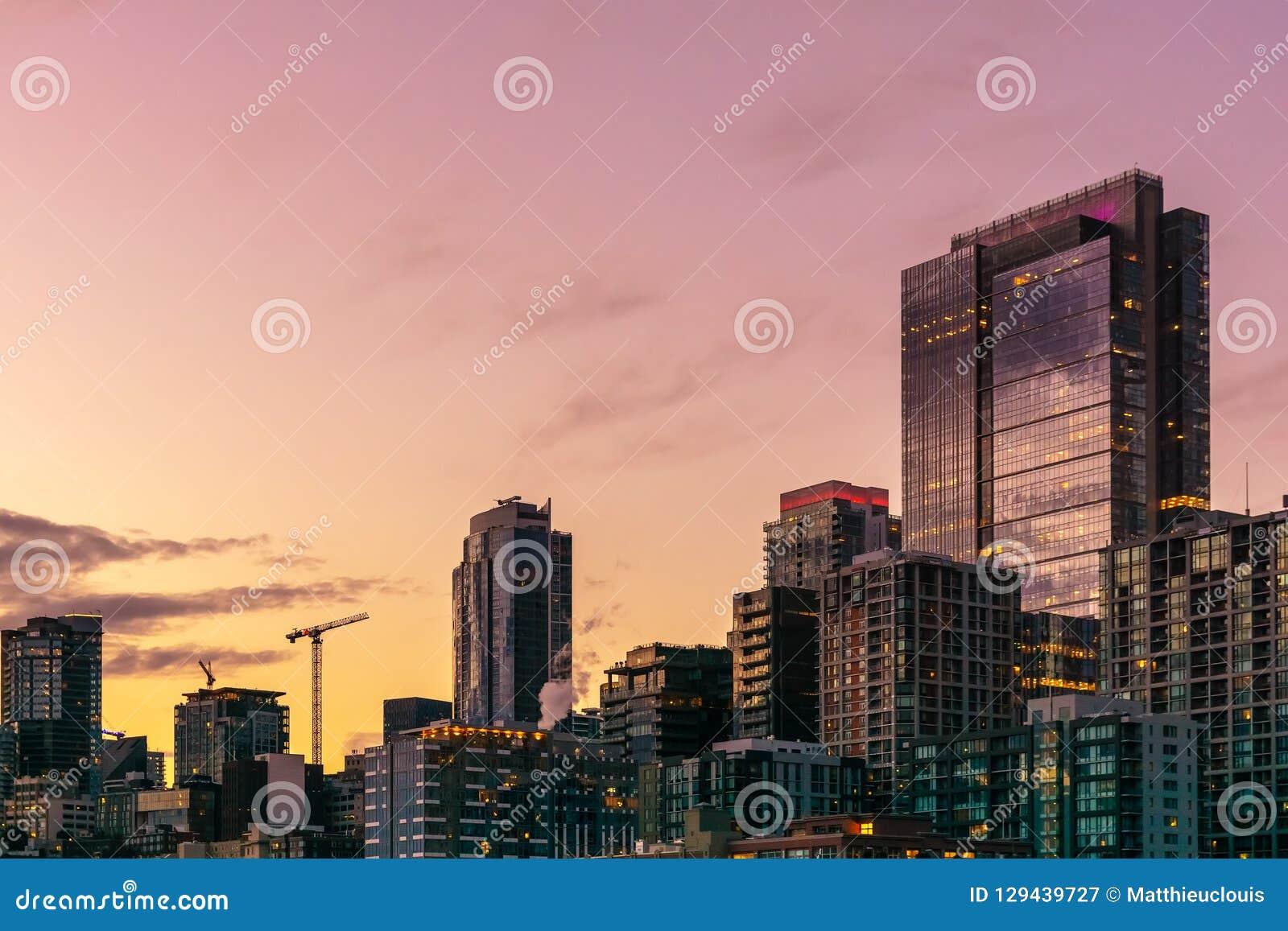 Horizonte hermoso y colorido de Seattle en la puesta del sol