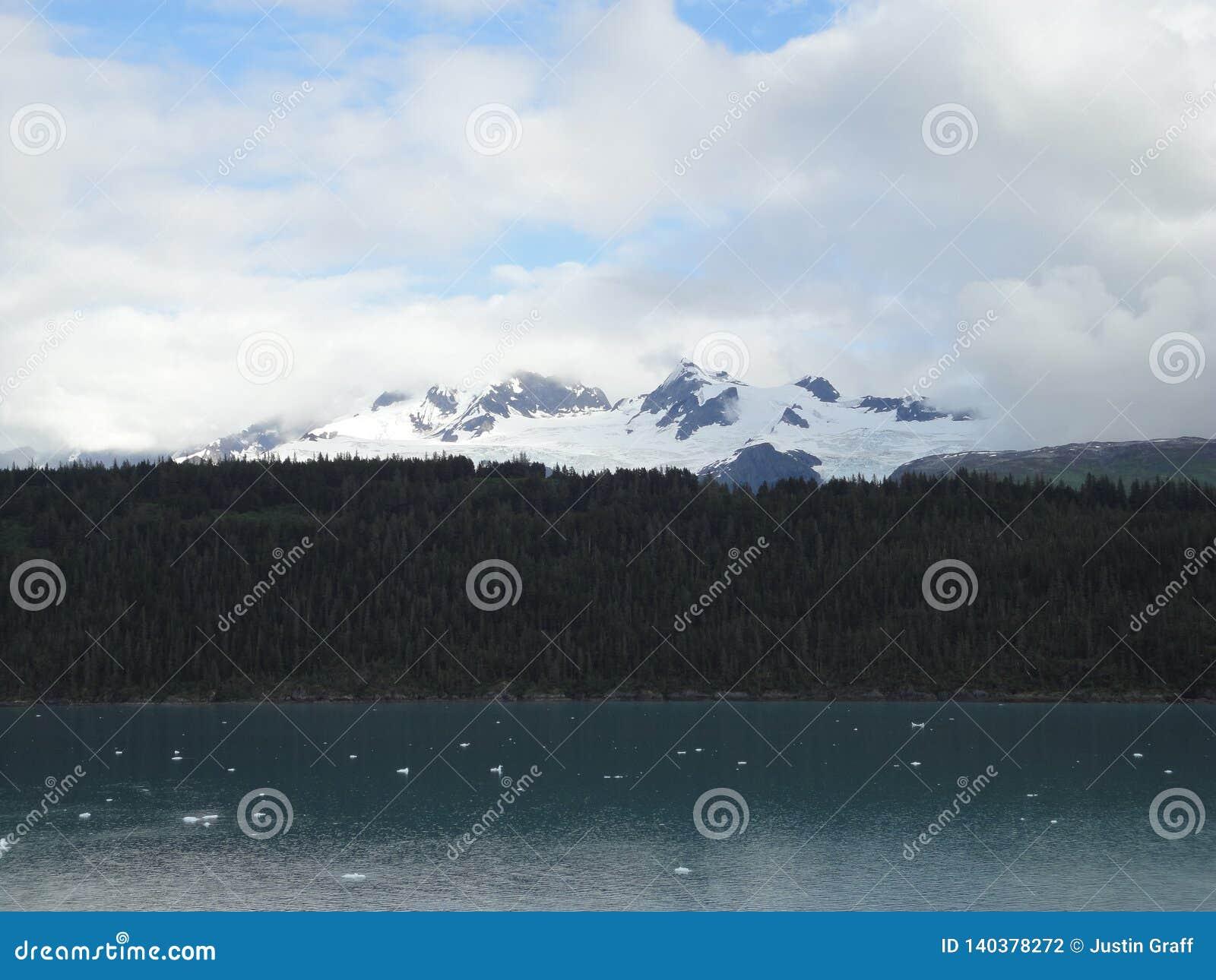 Horizonte llenado montaña en el Océano Pacífico Paso interior Alaska