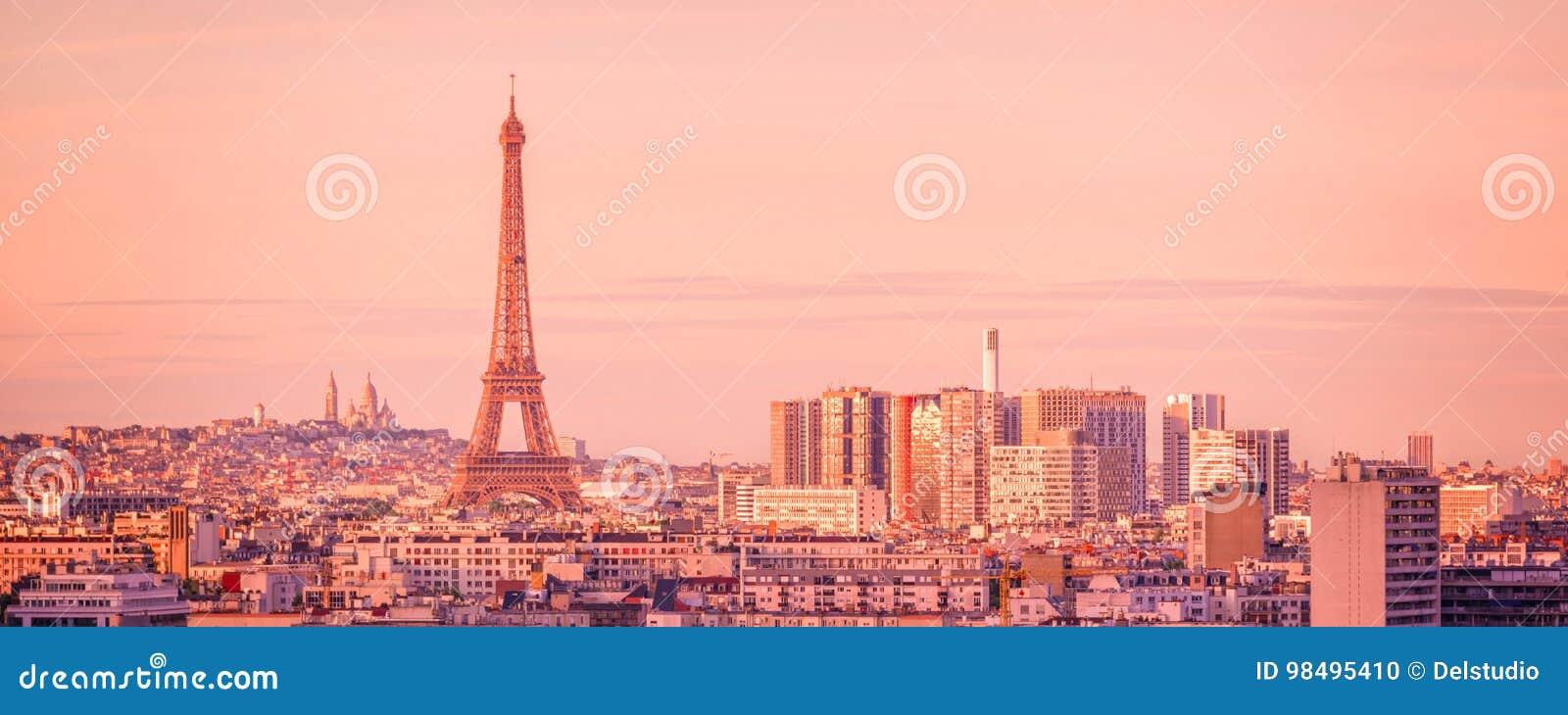 Horizonte panorámico de París con la torre Eiffel en la puesta del sol, Montmartre en el fondo, Francia