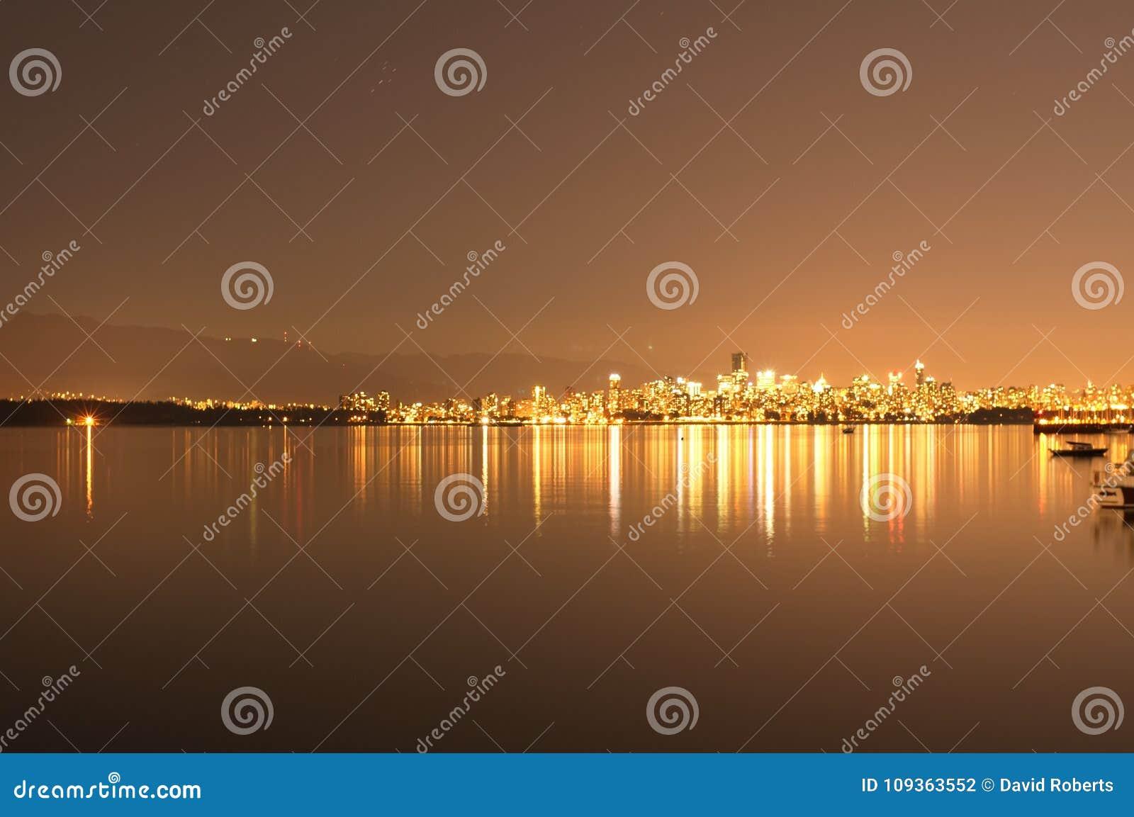 Horizonte a través del agua - tono naranja de Vancouver