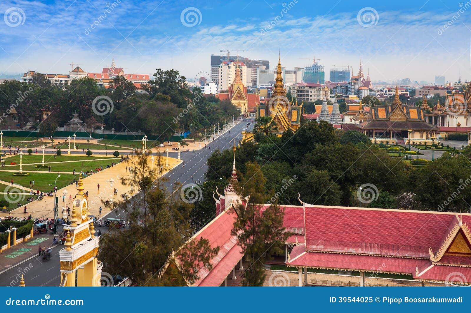 Horizonte urbano de la ciudad con la pagoda de Royal Palace y de la plata, el PE de Phnom