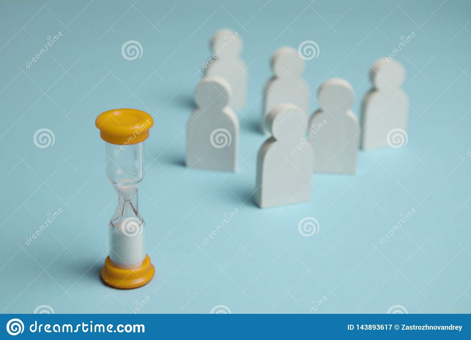 Horloge de sable et figures en verre des employés Temps d affaires