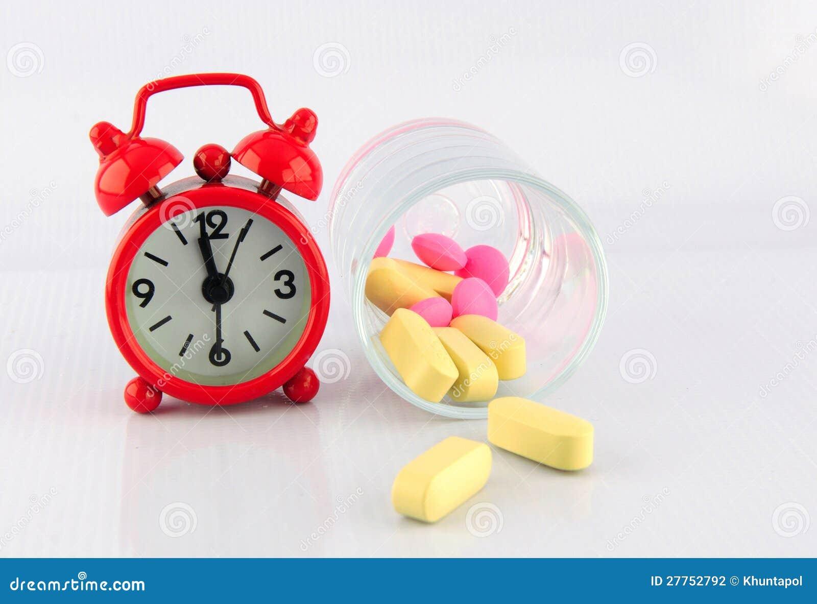 Horloge et tablette rouges en glace sur le fond blanc