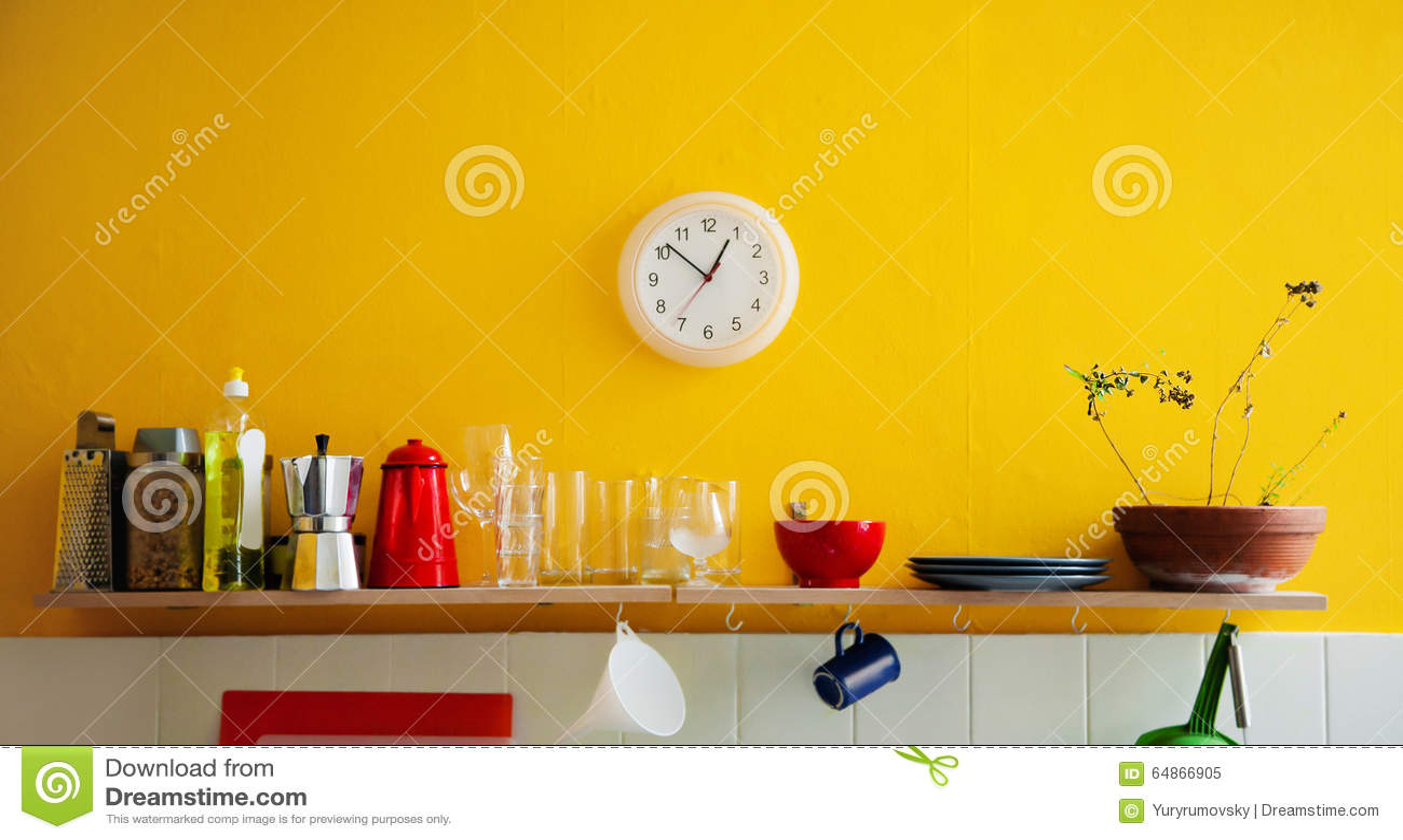 Horloge Murale Jaune Dans La Cuisine Photo stock - Image: 64866905