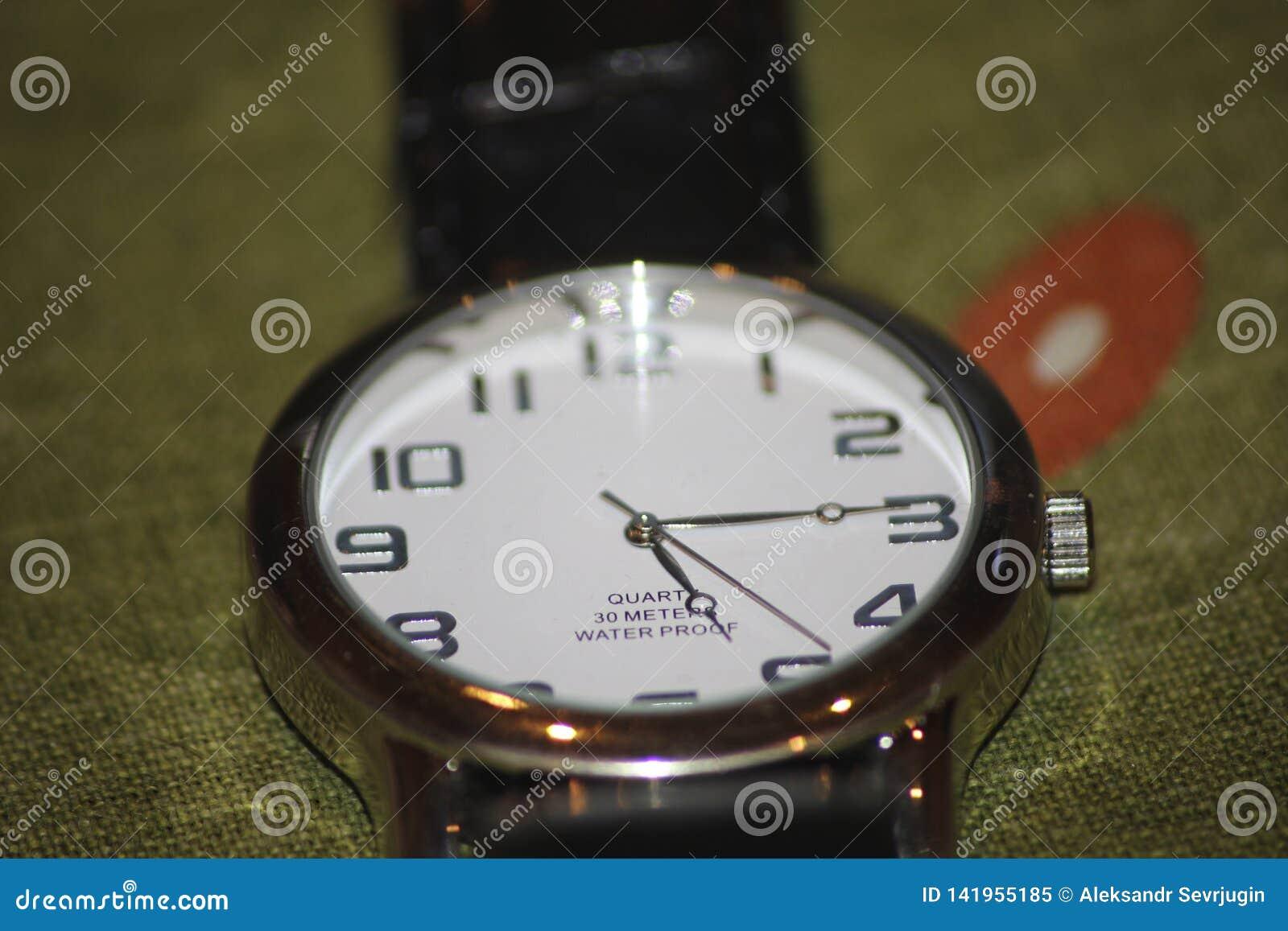 Horloge op greenbackground