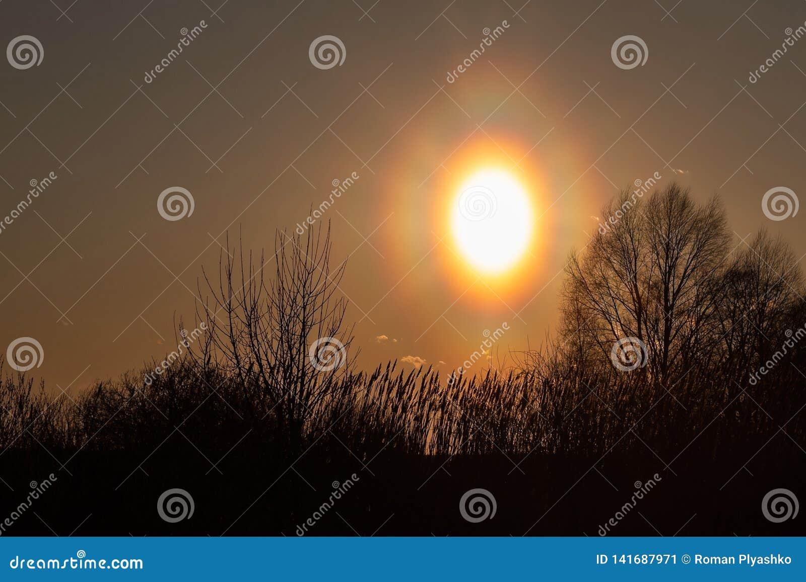 Horloge uit op de kusten van de zonsondergang, in sinaasappel worden geschilderd die