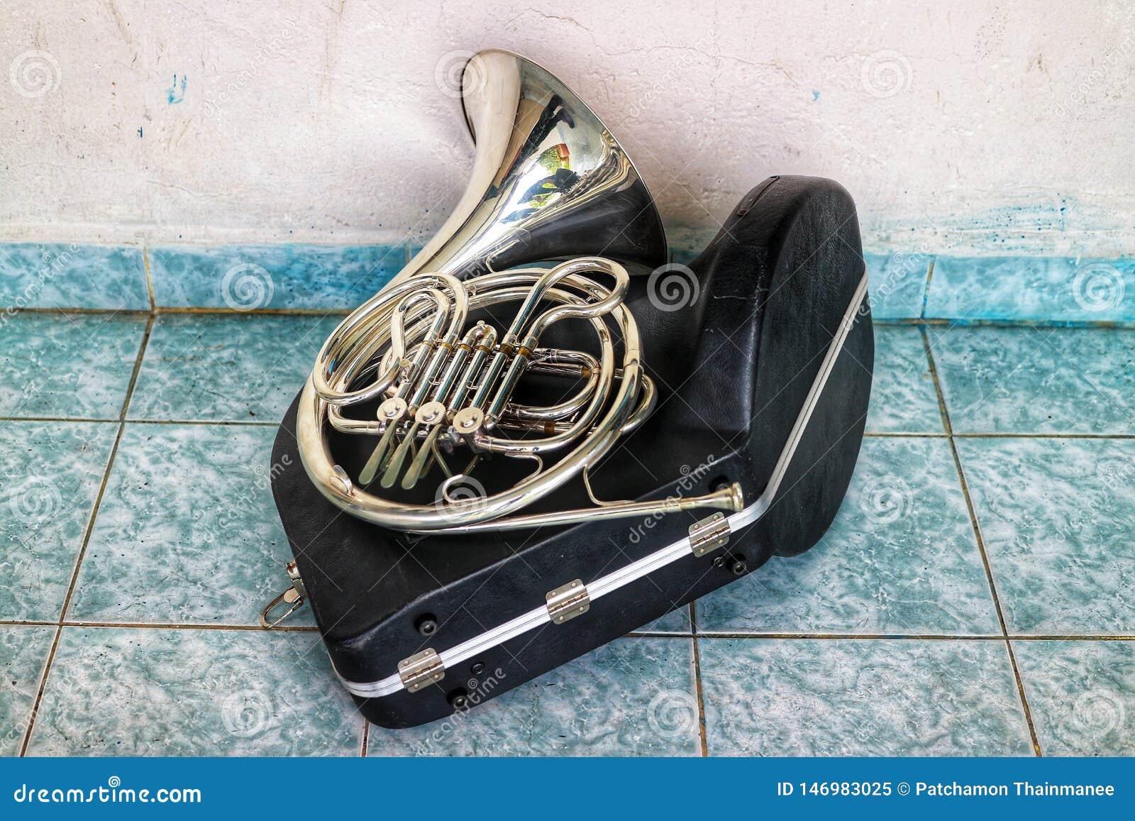 Horn ist eine Art Instrument in der Art des Messinggebläses