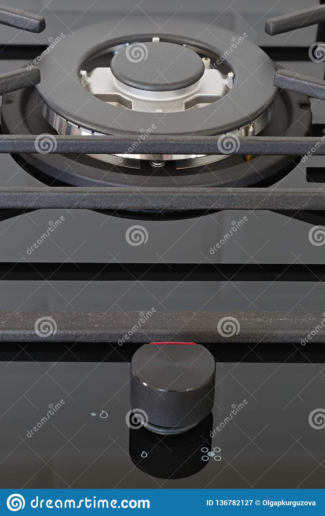 Hornillas de los botones de control en la estufa de cocina del gas