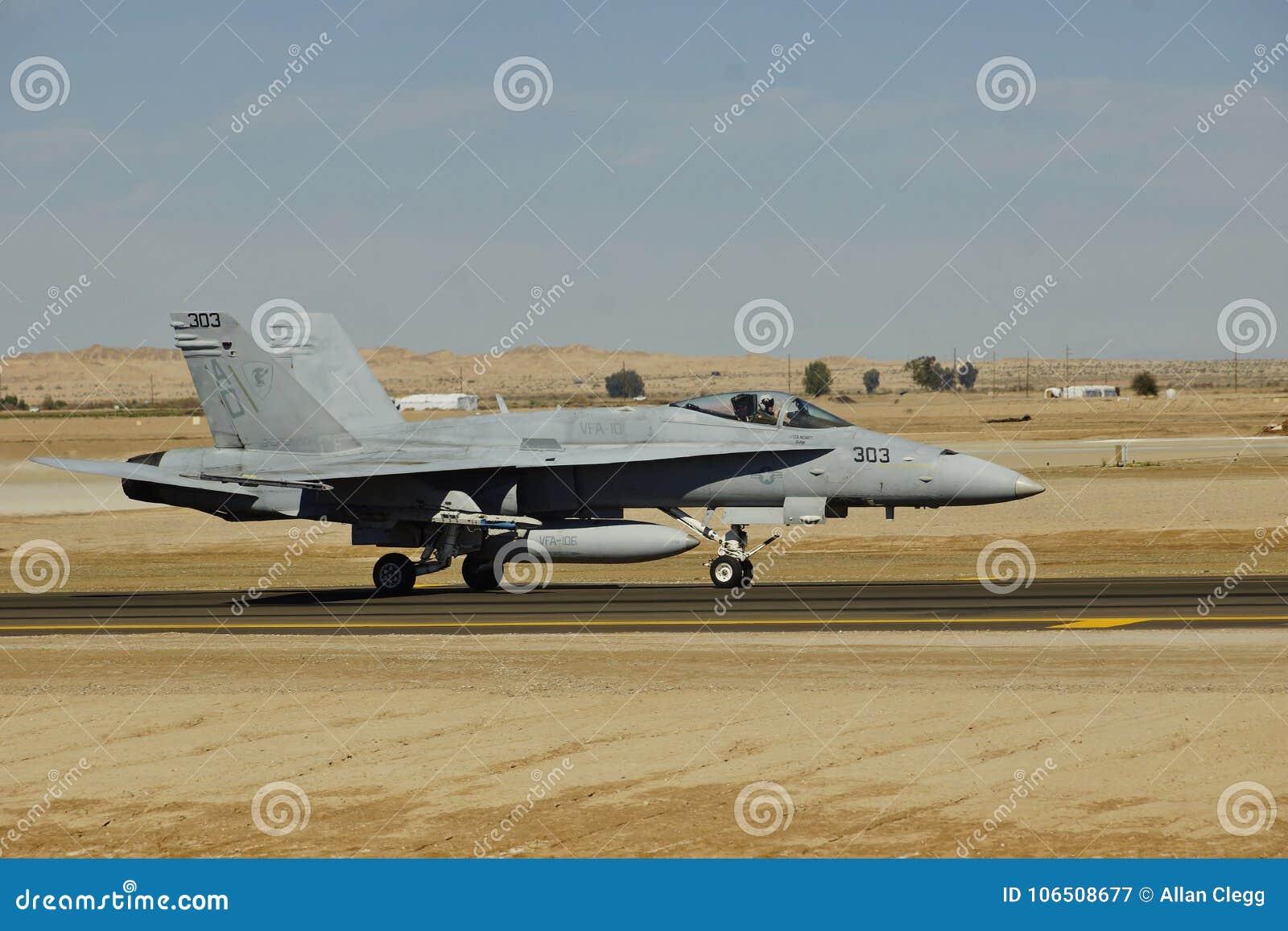 Hornisse USMC McDonnell Douglas F/A-18D, die in NAF EL Centro für die Ausbildung 2017 ankommt