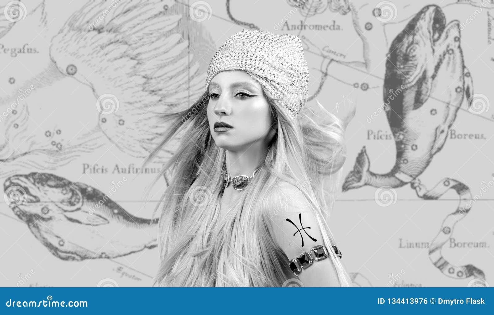 Horoscope Signe de zodiaque de Poissons, belle femme Poissons sur la carte de zodiaque
