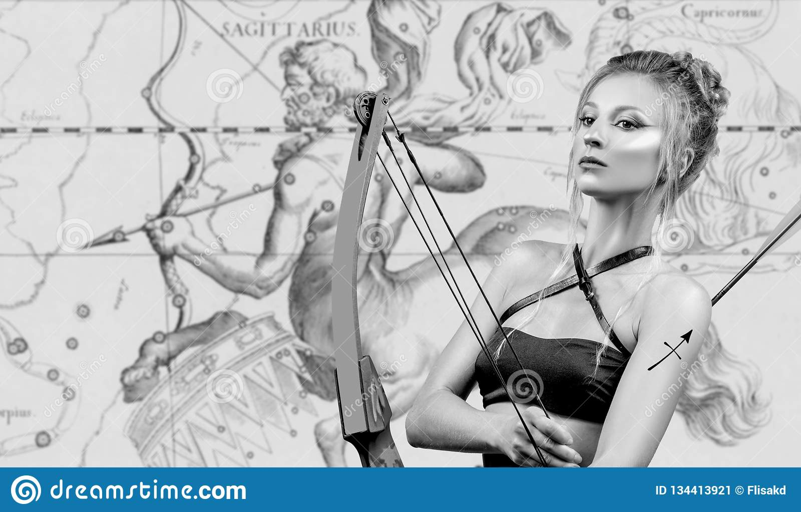 Horoscope Signe de zodiaque de Sagittaire, beau Sagittaire de femme sur la carte de zodiaque