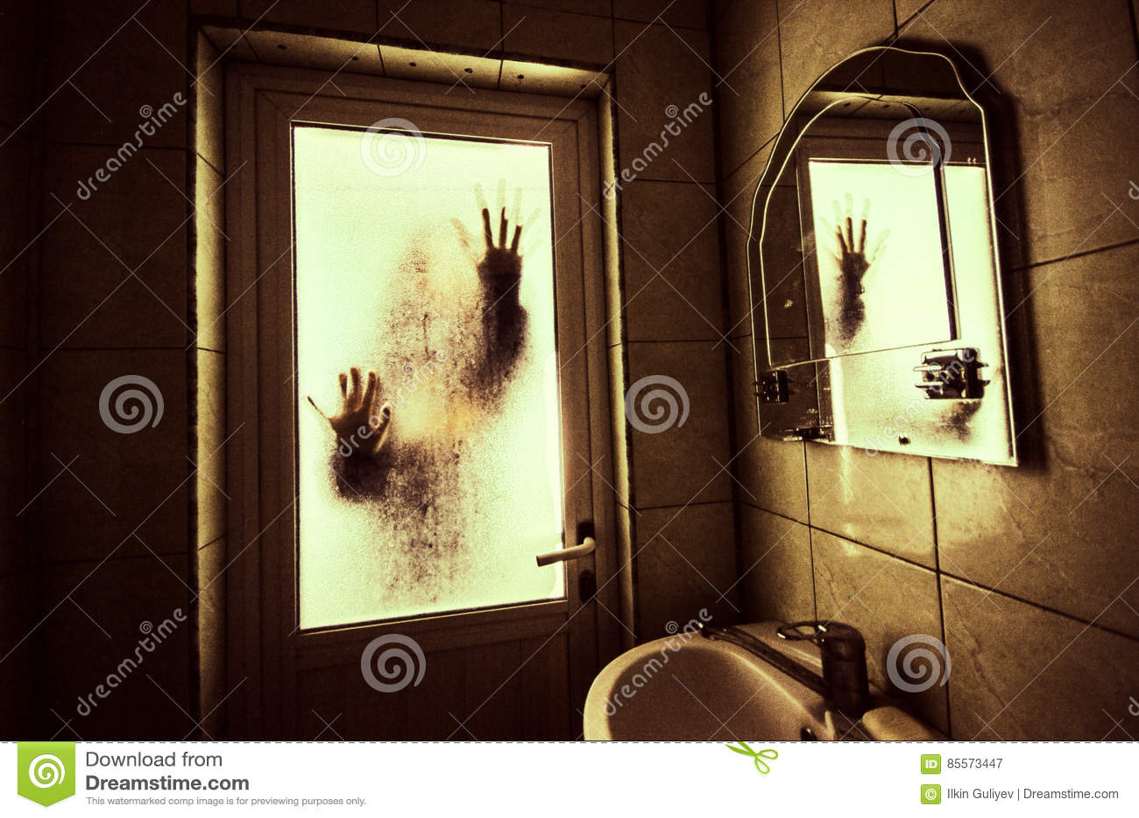 Horrorfrau in Griffkäfigs des Fensters Szenen-Halloween-Konzept des hölzernen Handfurchtsamem verwischte Schattenbild der Hexe