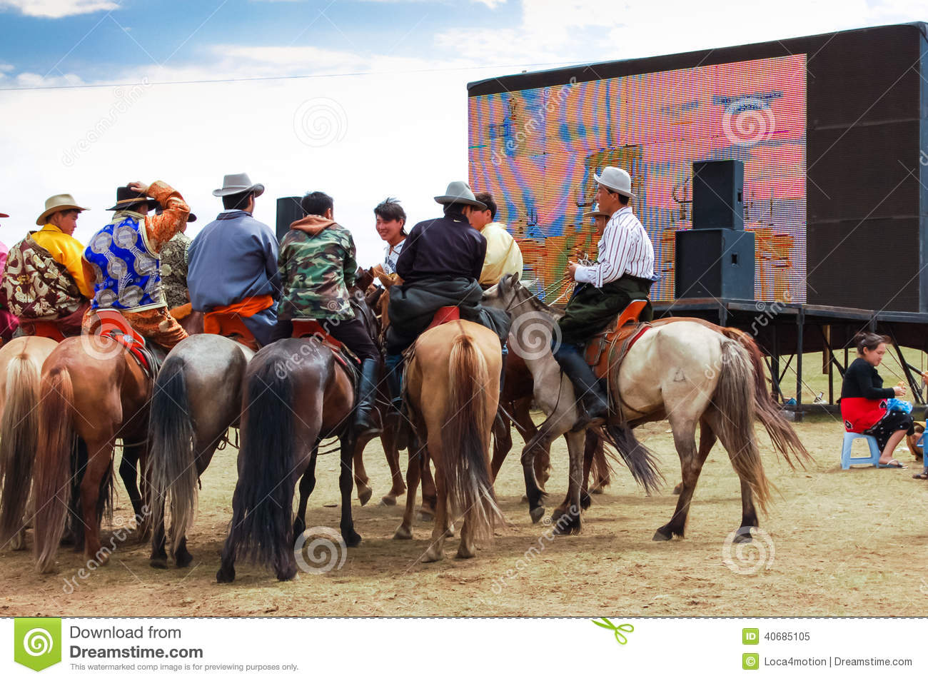 horseback-spectators-front-screen-nadaam