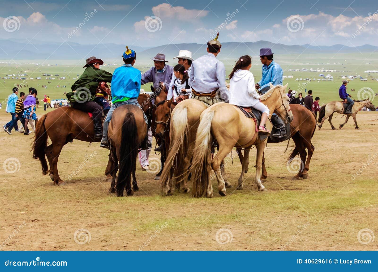 horseback-spectators-nadaam-horse-race-o