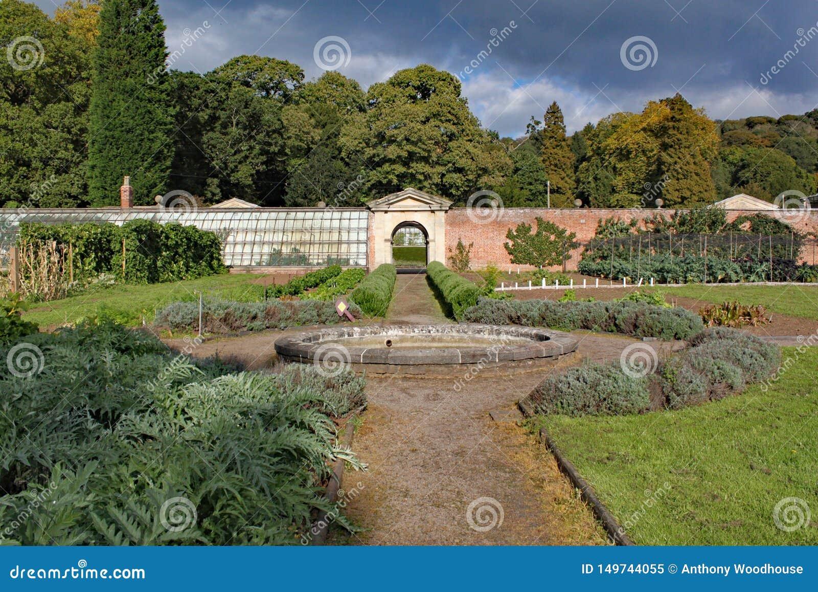 Horta murada com um caminho e uma fonte circular