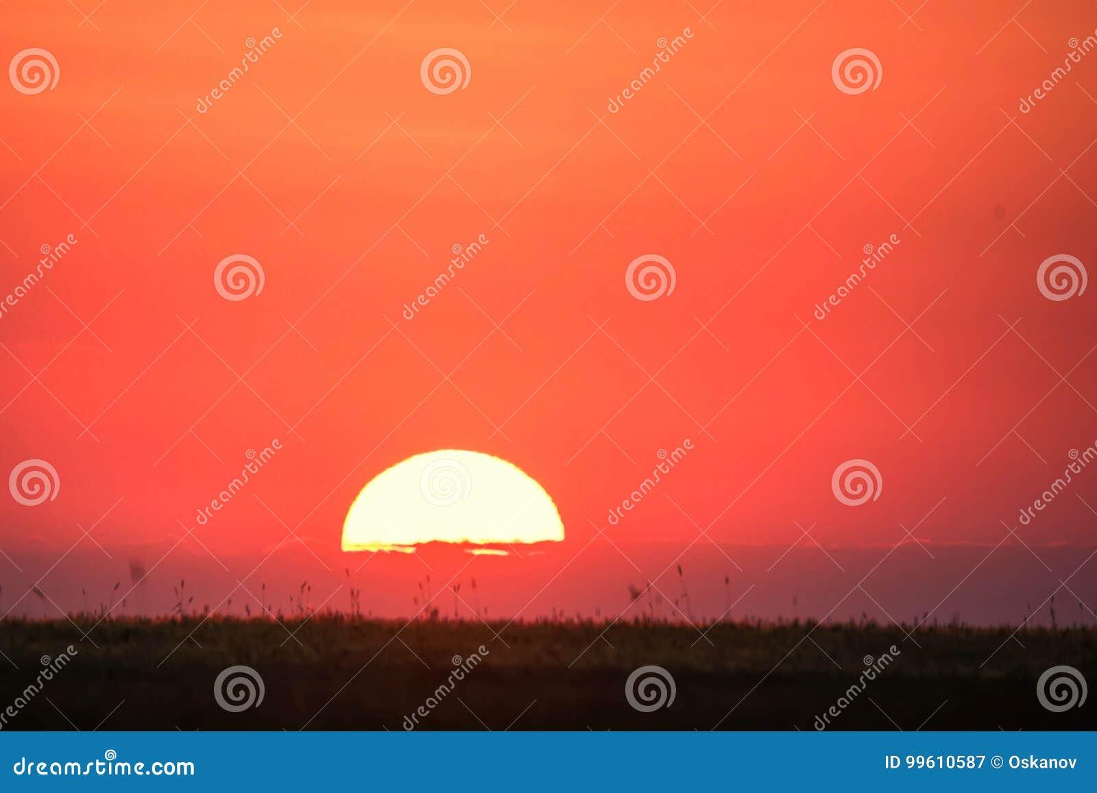 Horyzont linia z słońca położeniem