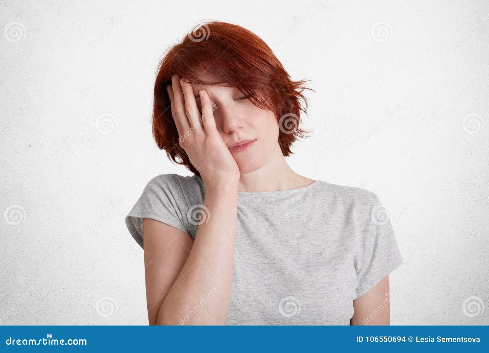 Horyzontalny strzał zmęczona zanudzająca kobieta z krótką fryzurą, zakończenia ono przygląda się i pokrywy stawiają czoło z ręką