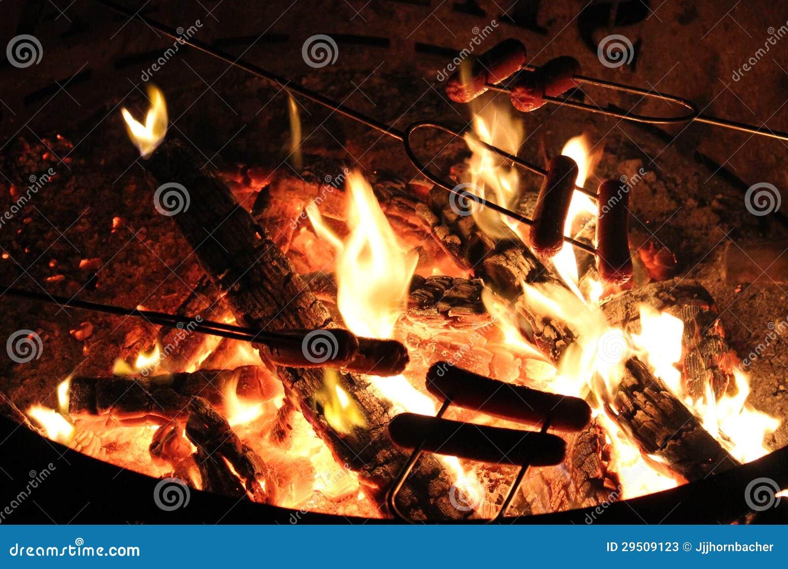 Hot Dog nad ogniskiem